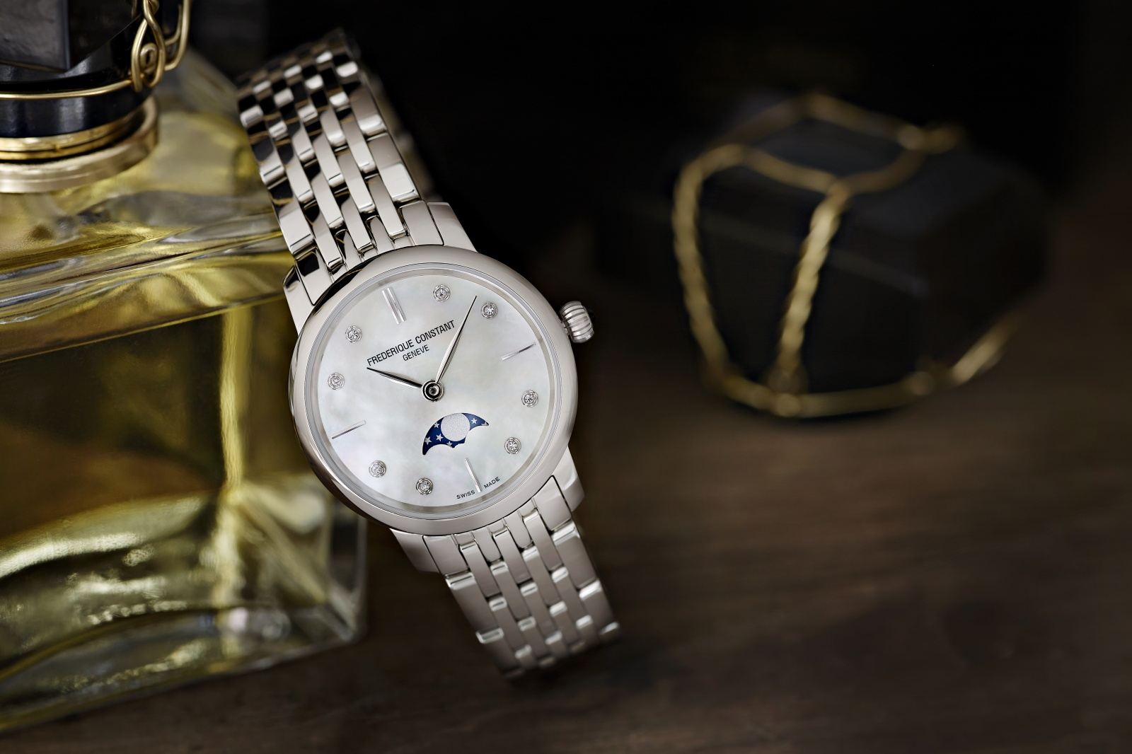 Tay nhỏ nên đeo đồng hồ như thế nào: kim loại mỏng