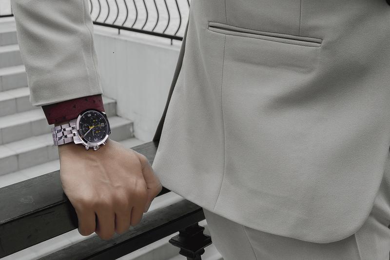 đồng hồ Tissot dây kim loại kết hợp với những bộ Vest