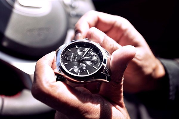 cẩn thận khi lên dây cót đồng hồ